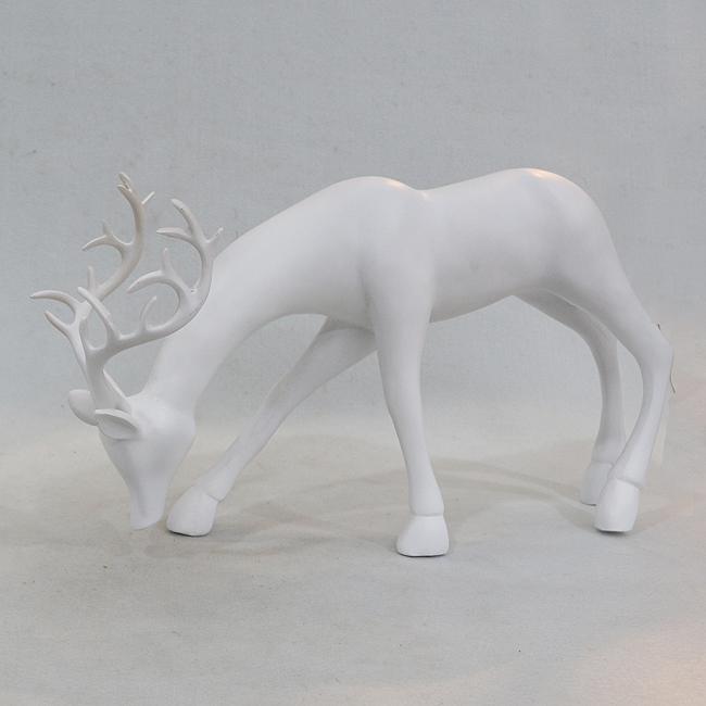 먹이를 찾는 사슴 조각상