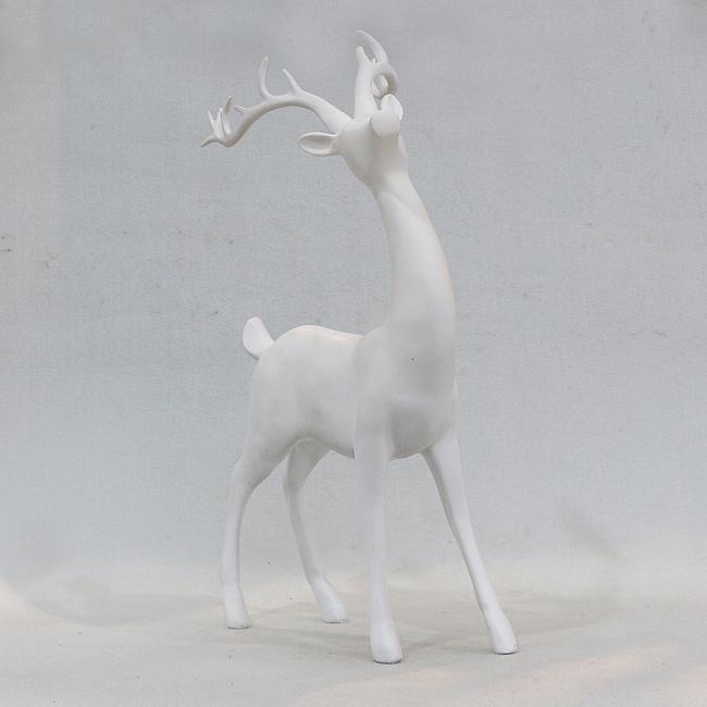 멀리 보고 있는 사슴 조각상