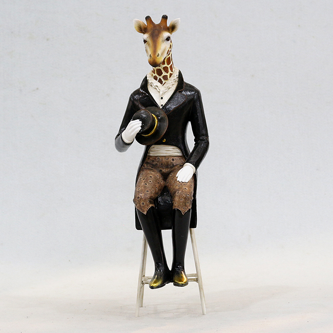 걸상에 앉아 있는 신사 기린 조각상