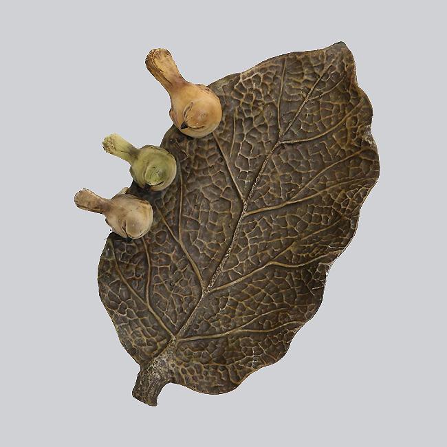 나무 잎과 새 조각상