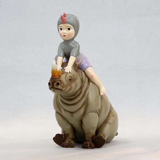소녀와 코뿔소 조각상