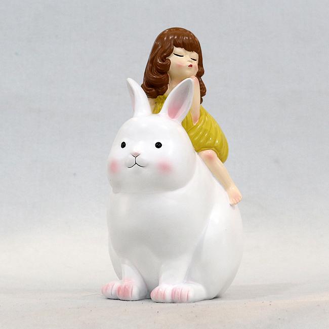 토끼 탄 소녀 조각상