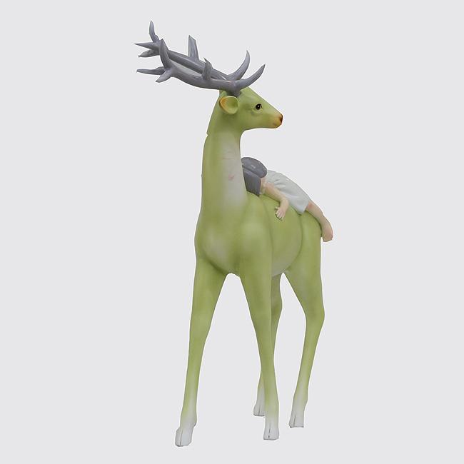 소녀와 사슴 조각상