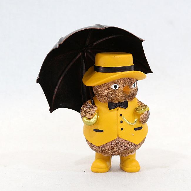우산을 쓴 병아리 신사 조각상