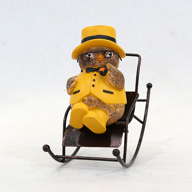 흔들이 의자에 앉은 병아리 신사 조각상