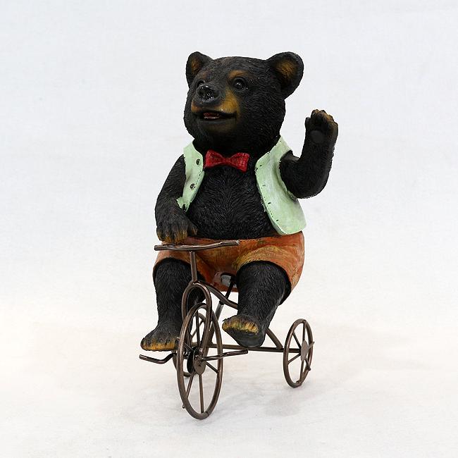 자전거를 탄 곰 조각상