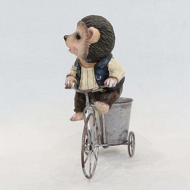 자전거를 탄 고슴도치 조각상