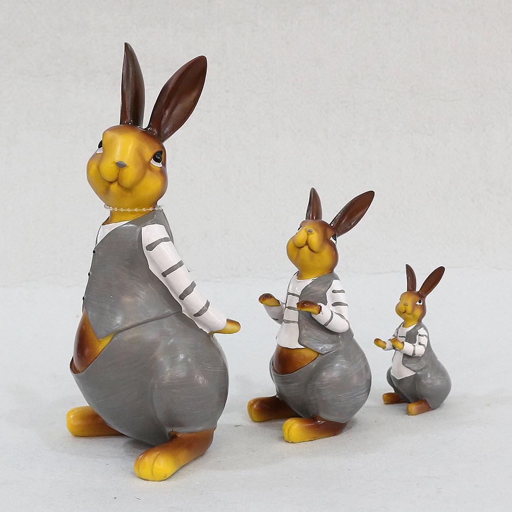신사복 입은 토끼 삼부자 조각상