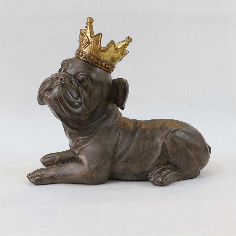 왕관쓴 귀여운 퍼그 모형 조각상