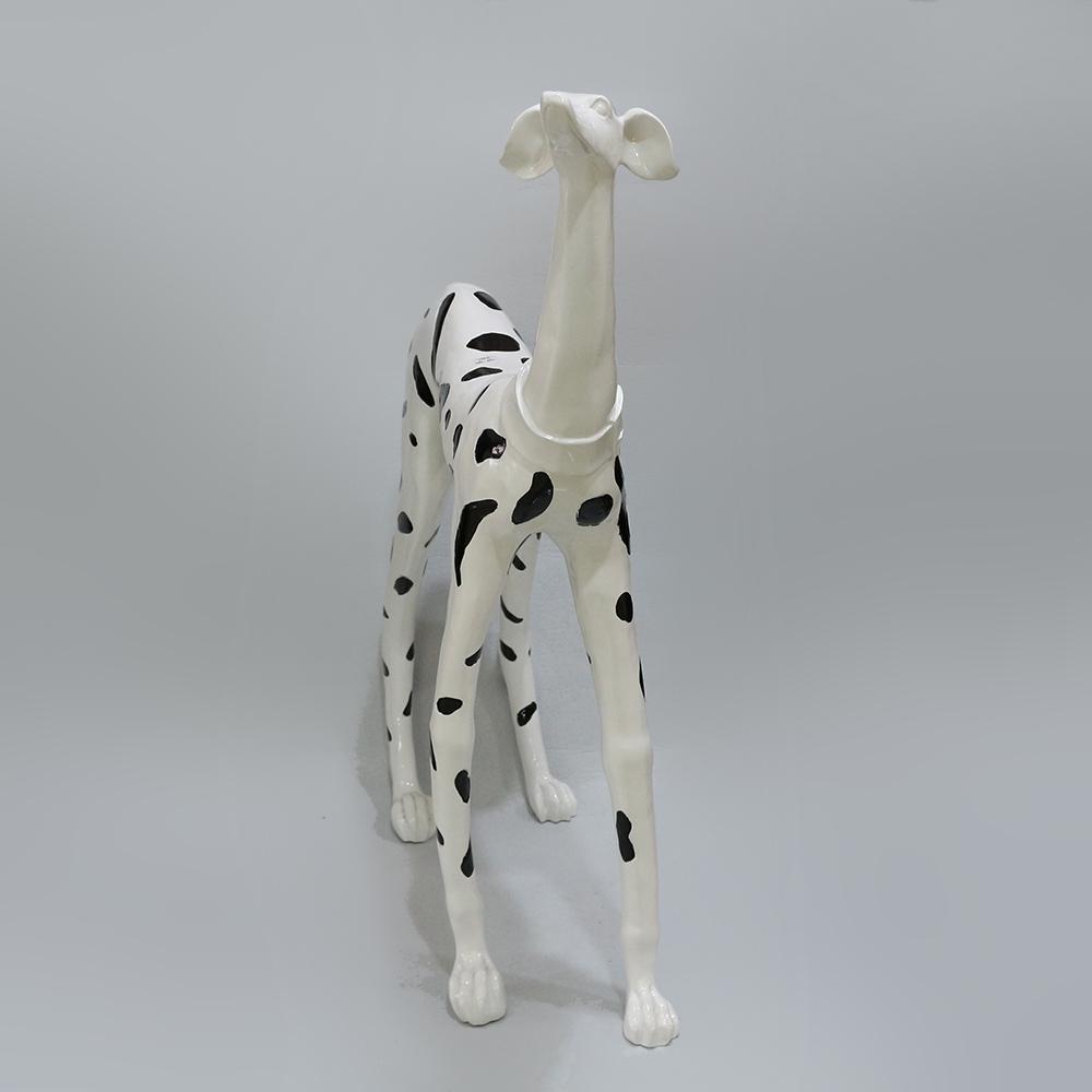 경계 하는 달마시안 강아지 조각상